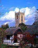 Stugor och kyrka, Welford-på-Avon, England. Royaltyfri Bild