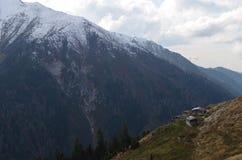Stugor på en bergssida Royaltyfri Foto