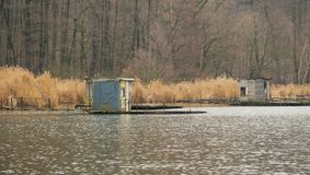 stugor Stolpe-apo på sjön Arkivfoton