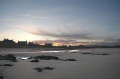 Stugor vid den sandiga stranden St-hårkammar, Skottland Royaltyfri Fotografi