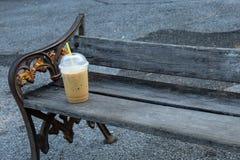 Stuhlübung und kalter Kaffeemorgen des Getränks stockfotos