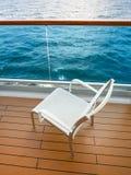 Stuhl auf Balkon des Kreuzfahrtschiffs stockfotos