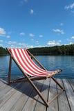 Stuhl auf dem Dock lizenzfreie stockbilder
