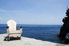 Stuhl auf dem Felsen Stockbilder