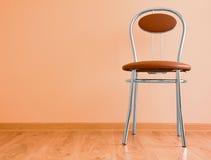 Stuhl auf dem Fußboden Stockfotos