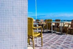 Stuhl auf einer Terrasse, die den Strand übersieht Lizenzfreie Stockbilder