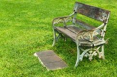 Stuhl auf grünem Gras Stockfoto