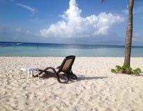 Stuhl auf sandigem tropischem Strand Lizenzfreies Stockfoto