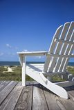 Stuhl auf Strandplattform. Lizenzfreie Stockfotos