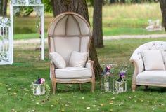 Stuhl in einem schönen Park umgeben durch Laternen Lizenzfreie Stockfotos