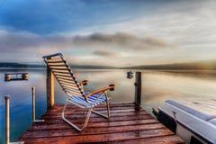 Stuhl am Ende des Docks Stockbild