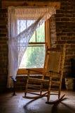 Stuhl am Fenster Lizenzfreie Stockfotos