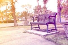 Stuhl am Garten mit Weinleseton Lizenzfreie Stockfotografie