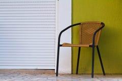 Stuhl gegen die Wand mit geschlossenem Fenster Stockbilder
