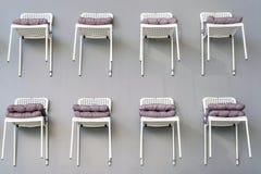 Stuhl gegen Wand in einer neuen Wohnung stockfoto