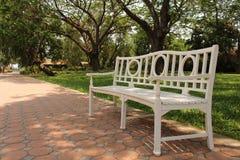 Stuhl im Garten lizenzfreies stockbild