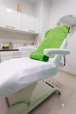 Stuhl im modernen gesunden Schönheitsbadekurortsalon. Innenraum des Behandlungsraumes. Stockfotografie