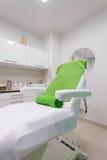 Stuhl im modernen gesunden Schönheitsbadekurortsalon Innenraum des Behandlungsraumes Stockbild