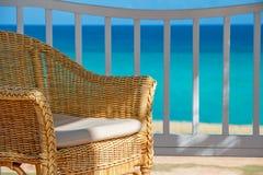 Stuhl im Schatten an einem tropischen Küstenbestimmungsort Lizenzfreies Stockfoto