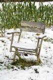 Stuhl im schneebedeckten Gemüsegarten Lizenzfreie Stockbilder