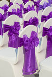 Stuhl mit einem purpurroten Bogen in einer schönen Hochzeit Stockfotos