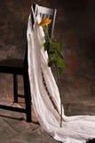 Stuhl mit Kleid und stieg Stockfotografie