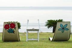 Stuhl mit Seeansicht Stockbild