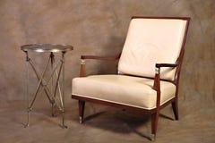Stuhl mit seitlicher Tabelle Stockfotos