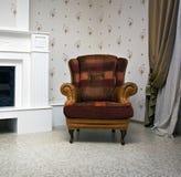 Stuhl nahe einem Kamin Lizenzfreie Stockfotos
