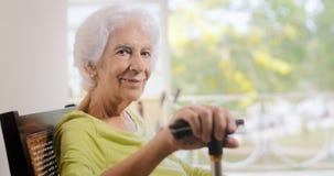 Stuhl Porträt-alter Damen-Sitting On Rocking, der Stock hält Lizenzfreie Stockbilder