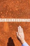 Stuhl-Schiedsrichterkontrollballkennzeichen Ball ist HEREIN Stockfoto