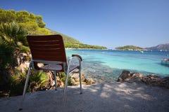 Stuhl, Strand und Meer lizenzfreie stockbilder