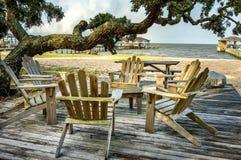 Stuhl-Tabellen-Baum-Wasser Lizenzfreie Stockfotos