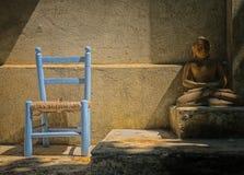 Stuhl und Buddha lizenzfreie stockbilder