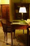 Stuhl und die Tabelle mit einer Lampe Stockfotos
