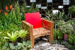 Stuhl und Garten Stockfotografie