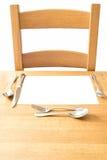 Stuhl und Gedeck auf einem Holztisch Stockbilder