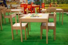 Stuhl und hölzerne Tabelle der Kinder Stockbild