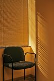 Stuhl und Jalousien stockfotografie
