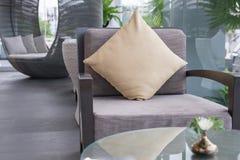 Stuhl und Kissen im Wohnzimmer Lizenzfreie Stockfotografie