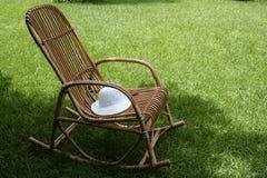 Stuhl und Rasen Lizenzfreie Stockfotografie