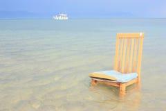 Stuhl und Schiff im Abstand Lizenzfreies Stockbild