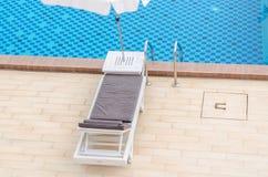 Stuhl und Swimmingpool im Hotel Stockfotografie