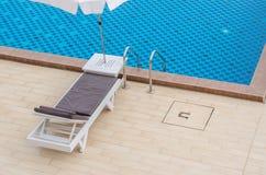 Stuhl und Swimmingpool im Hotel Stockfoto