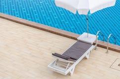 Stuhl und Swimmingpool im Hotel Lizenzfreie Stockfotos