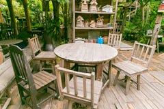 Stuhl und Tabelle Lizenzfreie Stockbilder