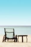 Stuhl und Tabelle auf dem Strand Lizenzfreies Stockbild