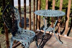 Stuhl und Tabelle auf hölzerner Plattform Stockfotografie