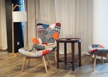 Stuhl und Tabelle in einer Wohnung lizenzfreies stockbild