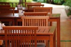 Stuhl und Tabellen lizenzfreie stockbilder